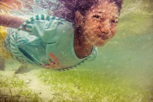 Rejina nardo žaisdama su draugais ir ieškodama maisto aplink Mabul salą. Kada tik leidžia gamtinės sąlygos Bajau Laut (jūros klajoklių) vaikai eina į vandenyną ieškoti jūros gėrybių.   Dėl to, jog nuo pat vaikystės Sama Dilaut vaikai daug laiko praleidžia vandenyje, jų akys prisitaiko matyti po vandeniu. Jų rega po vandeniu yra dvigubai geresnė, nei, pavyzdžiui, europiečių vaikų, kurie vandenyje praleidžia mažai laiko.